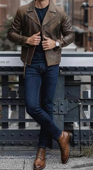 Wie kombinieren: dunkelbraune Leder Bikerjacke, dunkelgrüner Pullover mit einem Rundhalsausschnitt, dunkelblaue Jeans, braune Lederfreizeitstiefel
