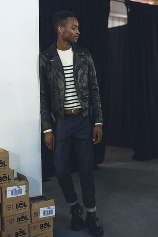 Wie kombinieren: schwarze Leder Bikerjacke, weißer und schwarzer horizontal gestreifter Pullover mit einem Rundhalsausschnitt, dunkelblaue Jeans, schwarze Chelsea-Stiefel aus Leder
