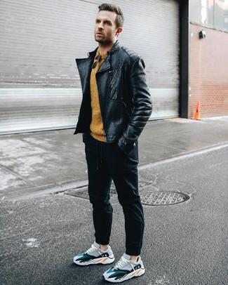 schwarze Leder Bikerjacke, senf Pullover mit einem Rundhalsausschnitt, schwarze Jogginghose, mehrfarbige Sportschuhe für Herren