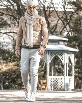Grauen Schal kombinieren – 460 Herren Outfits: Kombinieren Sie eine beige Wildleder Bikerjacke mit einem grauen Schal für einen entspannten Wochenend-Look. Fühlen Sie sich mutig? Entscheiden Sie sich für weiße Segeltuch niedrige Sneakers.