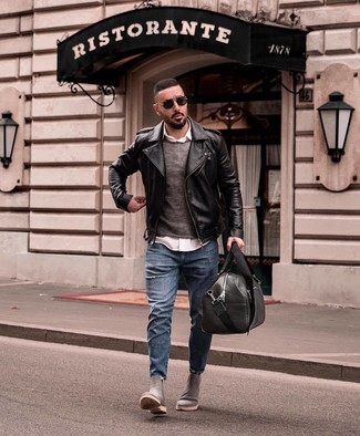 Wie kombinieren: schwarze Leder Bikerjacke, dunkelgrauer Pullover mit einem Rundhalsausschnitt, weißes Langarmhemd, blaue Jeans mit Destroyed-Effekten