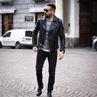 Wie kombinieren: schwarze Leder Bikerjacke, grauer Pullover mit einem Rundhalsausschnitt, weißes Langarmhemd, schwarze Jeans