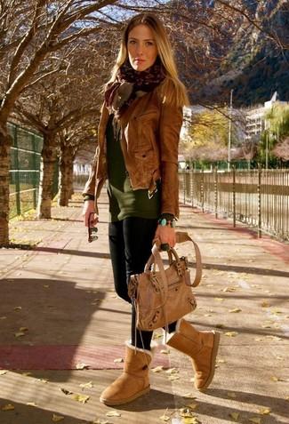 Damen Outfits & Modetrends 2020 für kühl Wetter: Die Kombi aus einer braunen Leder Bikerjacke und schwarzen Leggings erlaubt es Ihnen, Ihren Freizeit-Stil hübsch und unkompliziert zu halten. Wenn Sie nicht durch und durch formal auftreten möchten, entscheiden Sie sich für beige Ugg Stiefel.
