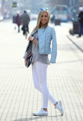 Wie kombinieren: hellblaue gesteppte Leder Bikerjacke, grauer Pullover mit einem Rundhalsausschnitt, weiße Leggings, weiße niedrige Sneakers