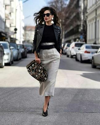 Wie kombinieren: schwarze Leder Bikerjacke, schwarzer Pullover mit einem Rundhalsausschnitt, grauer Midirock, schwarze Leder Pumps