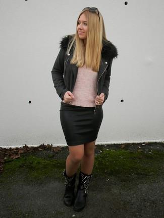 Wie kombinieren: schwarze Bikerjacke, rosa Pullover mit einem Rundhalsausschnitt, schwarzer Leder Minirock, schwarze beschlagene Leder mittelalte Stiefel