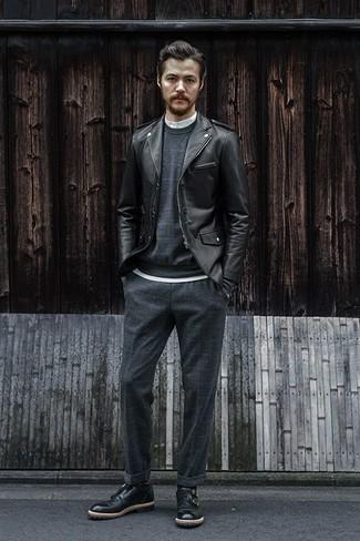 Dunkelgraue Chinohose kombinieren – 500+ Herbst Herren Outfits: Paaren Sie eine schwarze Leder Bikerjacke mit einer dunkelgrauen Chinohose für einen bequemen Alltags-Look. Ergänzen Sie Ihr Outfit mit schwarzen Doppelmonks aus Leder, um Ihr Modebewusstsein zu zeigen. Schon haben wir ein toller Look in der Übergangszeit.