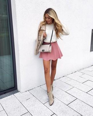 Wie kombinieren  hellbeige Leder Bikerjacke, weißer Pullover mit einem  Rundhalsausschnitt, rosa Skaterrock, d3eb35e0e3
