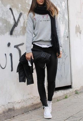 Wie kombinieren: schwarze Leder Bikerjacke, grauer bedruckter Pullover mit einem Rundhalsausschnitt, weißes T-Shirt mit einem Rundhalsausschnitt, schwarze Lederleggings