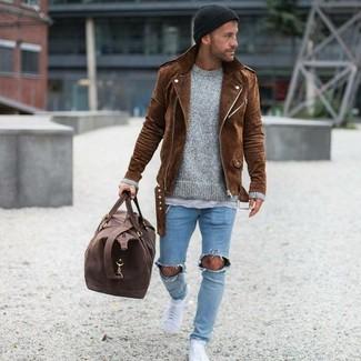 Wie kombinieren: braune Wildleder Bikerjacke, grauer Pullover mit einem Rundhalsausschnitt, graues T-Shirt mit einem Rundhalsausschnitt, hellblaue enge Jeans mit Destroyed-Effekten