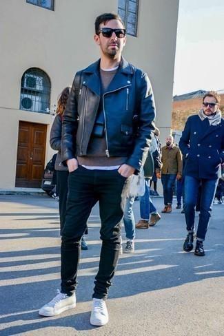 Pullover mit einem Rundhalsausschnitt kombinieren: trends 2020: Vereinigen Sie einen Pullover mit einem Rundhalsausschnitt mit schwarzen engen Jeans für ein Alltagsoutfit, das Charakter und Persönlichkeit ausstrahlt. Weiße niedrige Sneakers sind eine perfekte Wahl, um dieses Outfit zu vervollständigen.