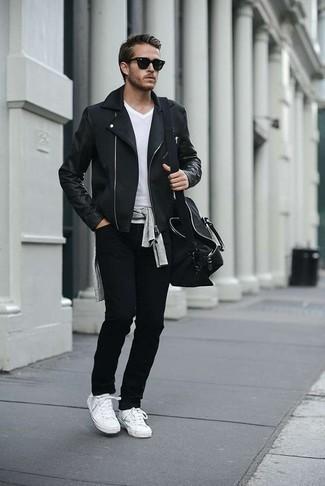 Wie schwarze Jeans mit weißen T-Shirts mit einem V-Ausschnitt zu kombinieren – 19 Herren Outfits: Vereinigen Sie ein weißes T-Shirt mit einem V-Ausschnitt mit schwarzen Jeans für einen bequemen Alltags-Look. Vervollständigen Sie Ihr Look mit weißen Segeltuch niedrigen Sneakers.