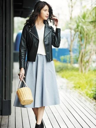 Wie kombinieren: schwarze Leder Bikerjacke, weißer Pullover mit einem V-Ausschnitt, blauer horizontal gestreifter ausgestellter Rock, schwarze Wildleder Stiefeletten