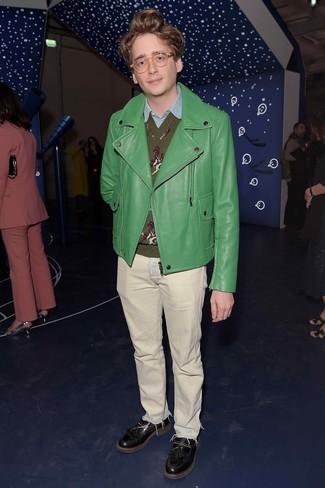 Wie kombinieren: grüne Leder Bikerjacke, olivgrüner bedruckter Pullover mit einem V-Ausschnitt, hellblaues Chambray Langarmhemd, hellbeige Jeans
