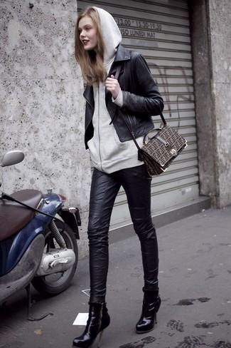 Grauen Pullover mit einer Kapuze kombinieren: trends 2020: Um eine super entspannte und tolle Silhouette zu formen, probieren Sie die Paarung aus einem grauen Pullover mit einer Kapuze und schwarzen engen Jeans aus Leder. Schwarze Leder Stiefeletten fügen sich nahtlos in einer Vielzahl von Outfits ein.