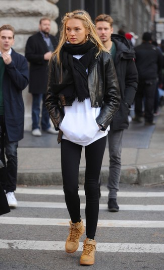 Wie kombinieren: schwarze Leder Bikerjacke, weißer Pullover mit einer Kapuze, schwarze Leggings, beige hohe Sneakers aus Leder