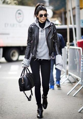 Grauen Pullover mit einer Kapuze kombinieren: trends 2020: Wenn Sie einen ultralässigen Alltags-Look zaubern müssen, macht die Paarung aus einem grauen Pullover mit einer Kapuze und schwarzen engen Jeans Sinn. Ergänzen Sie Ihr Look mit schwarzen Leder Stiefeletten.