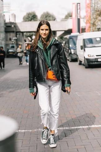 Wie kombinieren: schwarze Leder Bikerjacke, dunkelgrüner Pullover mit einer Kapuze, schwarzes T-Shirt mit einem Rundhalsausschnitt, weiße Jeans