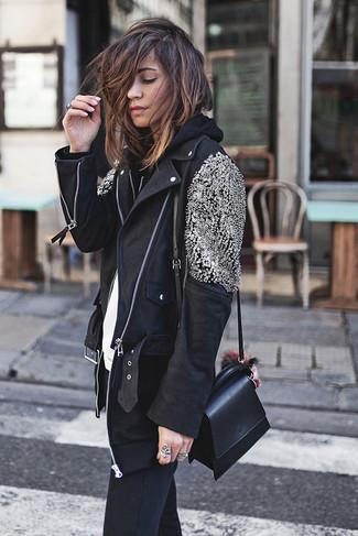 Schwarzen Pullover mit einer Kapuze kombinieren: Casual-Outfits: trends 2020: Um ein modernes, entspanntes Outfit zu erreichen, probieren Sie diese Paarung aus einem schwarzen Pullover mit einer Kapuze und schwarzen engen Jeans.
