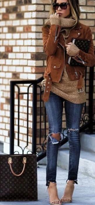 braune Wildleder Bikerjacke, beige Pullover mit einer weiten Rollkragen, dunkelblaue enge Jeans mit Destroyed-Effekten, hellbeige Leder Sandaletten für Damen
