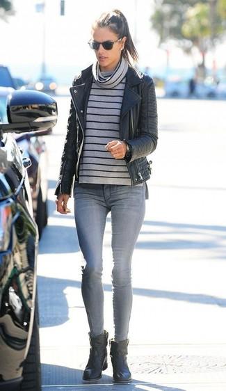 Dunkelgrauen Pullover mit einer weiten Rollkragen kombinieren – 16 Smart-Casual Damen Outfits: Entscheiden Sie sich für einen dunkelgrauen Pullover mit einer weiten Rollkragen und grauen enge Jeans, umein modernes Freizeit-Outfit zu erhalten, der in der Garderobe der Frau nicht fehlen darf. Schwarze Leder Stiefeletten sind eine großartige Wahl, um dieses Outfit zu vervollständigen.