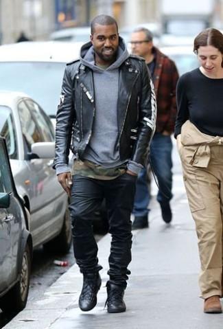 Kanye West trägt Schwarze Leder Bikerjacke, Grauer Pullover Mit Kapuze, Olivgrünes Camouflage T-Shirt mit Rundhalsausschnitt, Schwarze Jeans