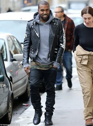 Kanye West trägt Schwarze bedruckte Leder Bikerjacke, Grauer Pullover Mit Kapuze, Olivgrünes Camouflage T-Shirt mit Rundhalsausschnitt, Schwarze Jeans