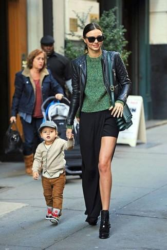 Miranda Kerr trägt Schwarze gesteppte Leder Bikerjacke, Grüner Pullover mit Rundhalsausschnitt, Schwarzer Maxirock mit Schlitz, Schwarze klobige Leder Stiefeletten