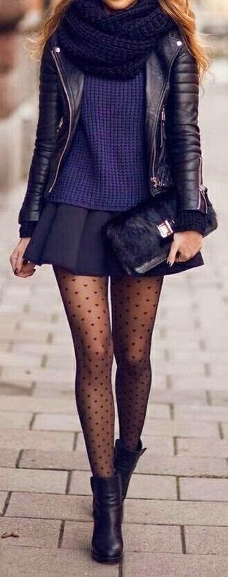 Erwägen Sie das Tragen von einer schwarzen Leder Bikerjacke und einem schwarzen Falten Minirock für einen bequemen Alltags-Look. Ergänzen Sie Ihr Outfit mit schwarzen Leder Stiefeletten, um Ihr Modebewusstsein zu zeigen.