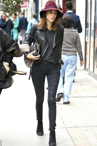 Alexa Chung trägt Schwarze Leder Bikerjacke, Dunkelgrauer Pullover mit V-Ausschnitt, Schwarze Enge Jeans, Schwarze Wildleder Stiefeletten