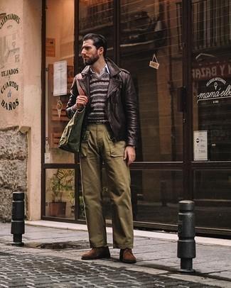Olivgrüne Shopper Tasche aus Segeltuch kombinieren – 168 Herren Outfits: Paaren Sie eine dunkelbraune Leder Bikerjacke mit einer olivgrünen Shopper Tasche aus Segeltuch für einen entspannten Wochenend-Look. Braune Wildleder Derby Schuhe bringen klassische Ästhetik zum Ensemble.