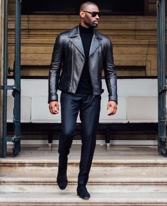 Wie kombinieren: schwarze Leder Bikerjacke, schwarzer Rollkragenpullover, schwarze Anzughose, schwarze Chelsea-Stiefel aus Wildleder
