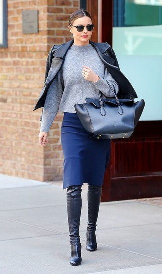 Miranda Kerr trägt Schwarze Leder Bikerjacke, Grauer Rollkragenpullover, Blauer Bleistiftrock, Schwarze Overknee Stiefel aus Leder