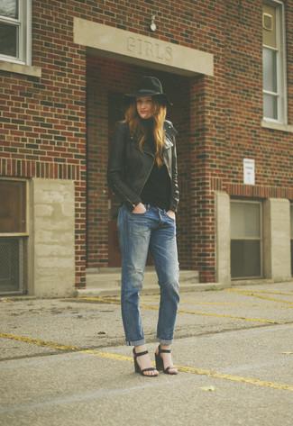 Schwarze Leder Sandaletten kombinieren – 500+ Damen Outfits: Entscheiden Sie sich für eine schwarze Leder Bikerjacke und blauen Boyfriend Jeans für ein tolles Casual-Outfit. Schwarze Leder Sandaletten sind eine kluge Wahl, um dieses Outfit zu vervollständigen.