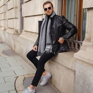 Jacke kombinieren – 500+ Herren Outfits: Entscheiden Sie sich für eine Jacke und eine schwarze Chinohose, um mühelos alles zu meistern, was auch immer der Tag bringen mag. Graue Segeltuch niedrige Sneakers liefern einen wunderschönen Kontrast zu dem Rest des Looks.
