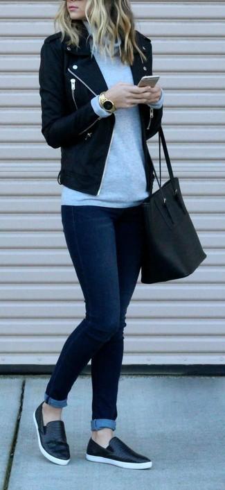 Wie kombinieren: schwarze Wollbikerjacke, grauer Rollkragenpullover, dunkelblaue enge Jeans, schwarze Slip-On Sneakers aus Leder