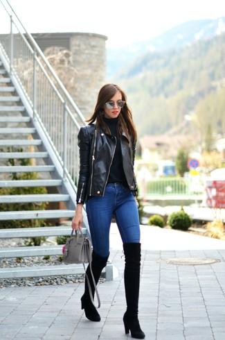 Wie schwarze enge Jeans mit schwarzer Overknee Stiefel zu