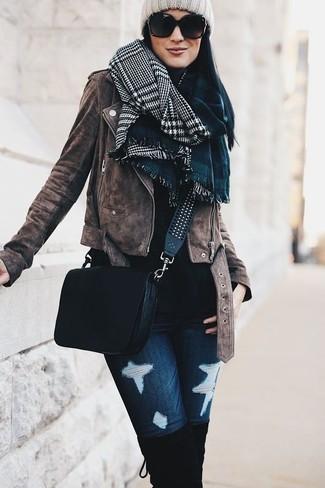 Wie kombinieren: braune Wildleder Bikerjacke, schwarzer Rollkragenpullover, dunkelblaue enge Jeans mit Destroyed-Effekten, schwarze Overknee Stiefel aus Wildleder