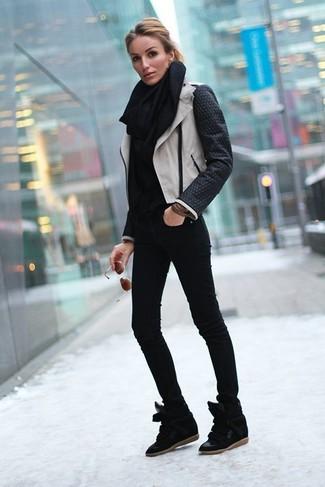 Schwarze Wildleder Keil Turnschuhe kombinieren – 15 Damen Outfits: Eine schwarze und weiße Leder Bikerjacke und schwarze enge Jeans sind absolut Alltags-Must-Haves und können mit einer Vielzahl von Kleidungsstücken gepaart werden. Dieses Outfit passt hervorragend zusammen mit schwarzen Wildleder Keil Turnschuhen.