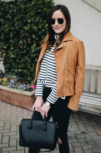 Wie kombinieren: beige Wildleder Bikerjacke, weißer und schwarzer horizontal gestreifter Rollkragenpullover, schwarze enge Jeans mit Destroyed-Effekten, schwarze Shopper Tasche aus Leder