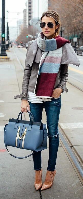 Wie kombinieren: graue Leder Bikerjacke, weißer und schwarzer horizontal gestreifter Rollkragenpullover, blaue enge Jeans mit Destroyed-Effekten, beige Leder Pumps