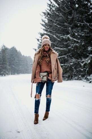 Wie kombinieren: beige Wollbikerjacke, brauner Strick Rollkragenpullover, dunkelblaue enge Jeans mit Destroyed-Effekten, braune Wildleder Stiefeletten