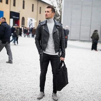 Wie kombinieren: schwarze Leder Bikerjacke, grauer Rollkragenpullover, schwarze enge Jeans, graue Chelsea-Stiefel aus Wildleder