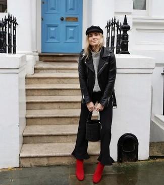 Wie kombinieren: schwarze Leder Bikerjacke, grauer Strick Rollkragenpullover, schwarzer Hosenrock, rote Wildleder Stiefeletten