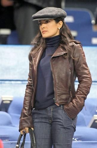 Kombinieren Sie eine braune Leder Bikerjacke mit dunkelblauen Jeans, um einen schicken, glamurösen Look zu erhalten.