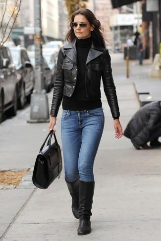 Wie kombinieren: schwarze Leder Bikerjacke, schwarzer Rollkragenpullover, blaue Jeans, schwarze kniehohe Stiefel aus Leder