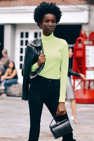 Wie kombinieren: schwarze Leder Bikerjacke, gelbgrüner Rollkragenpullover, schwarze Jeans, schwarze kniehohe Stiefel aus Leder
