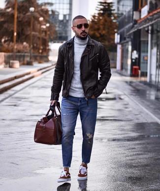 Wie kombinieren: dunkelbraune Leder Bikerjacke, grauer Wollrollkragenpullover, blaue Jeans mit Destroyed-Effekten, dunkelrote Segeltuch niedrige Sneakers