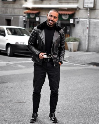 Wie kombinieren: schwarze Leder Bikerjacke, schwarzer Rollkragenpullover, schwarze Jeans, schwarze Chukka-Stiefel aus Leder