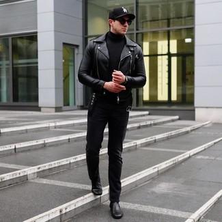 Wie kombinieren: schwarze Leder Bikerjacke, schwarzer Rollkragenpullover, schwarze Jeans, schwarze Chelsea-Stiefel aus Leder